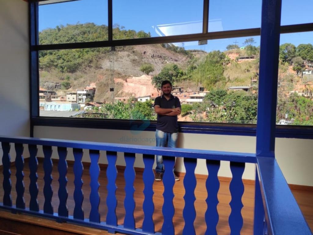 El historiador Hálesi Carvalho explica sobre el vidrio colocado donde antes no había pared para proteger el piso de madera