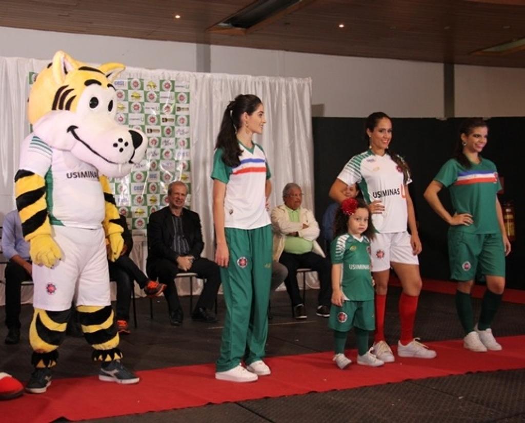 8987c8a480 Houve um desfile com os novos uniformes do Ipatinga FC durante o coquetel
