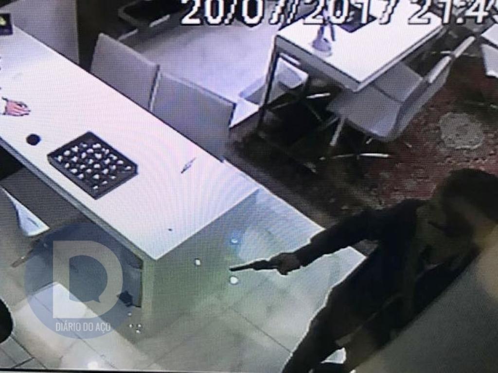 2b7a71d5bd9 Dupla assalta joalheria em shopping de Ipatinga - Diário do Aço