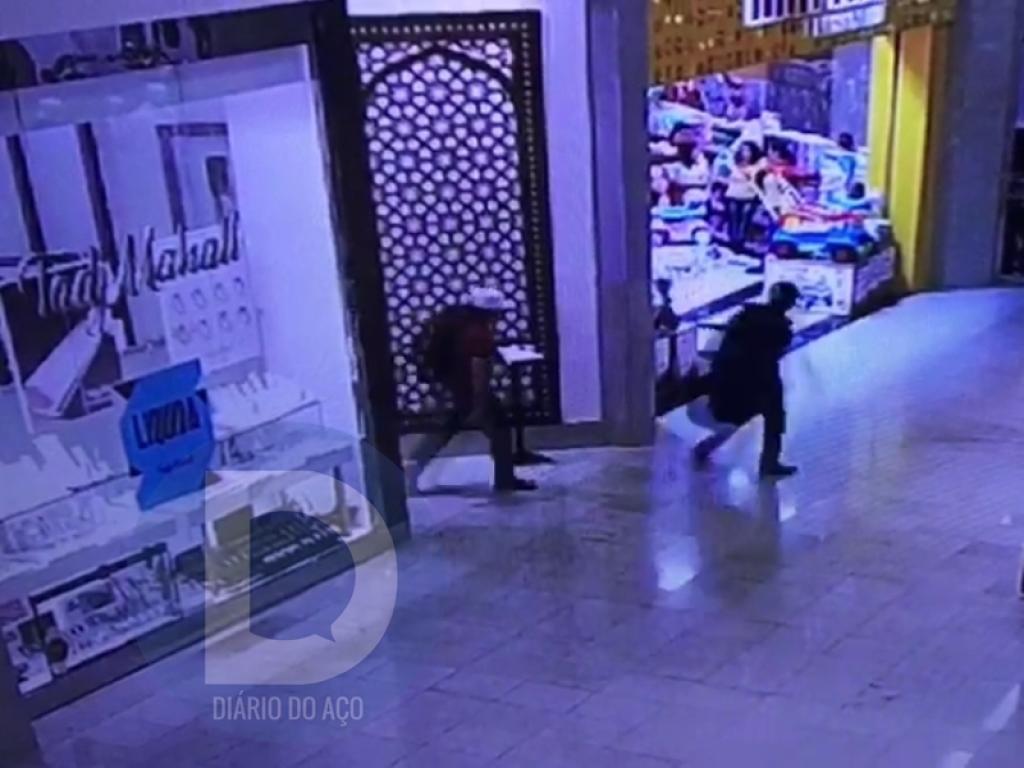 1c5b38cf26c Momento que os bandidos saem da joalheria carregando as bolsas com o  material roubado