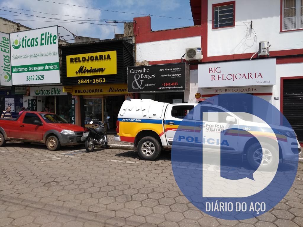 58ddcdb6fd1 Os autores roubaram os objetos que se encontravam na vitrine do  estabelecimento após ameaçar o comerciante da Relojoaria Miriam