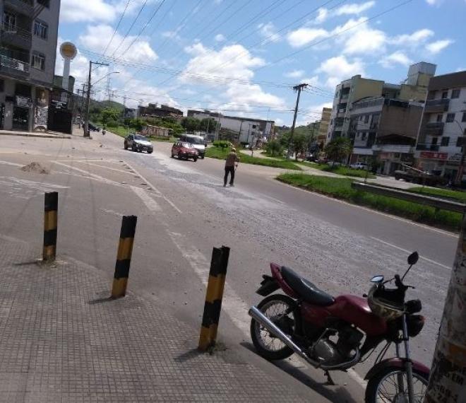 8bce00293bd Brita espalhada em avenida é motivo de reclamação
