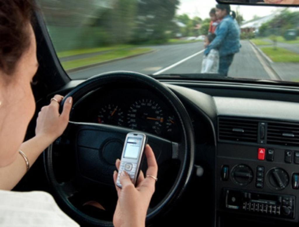 Resultado de imagem para celular no transito