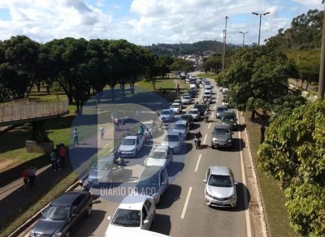 4beeb307174 Motoristas entram em fila quilométrica para abastecer em Ipatinga