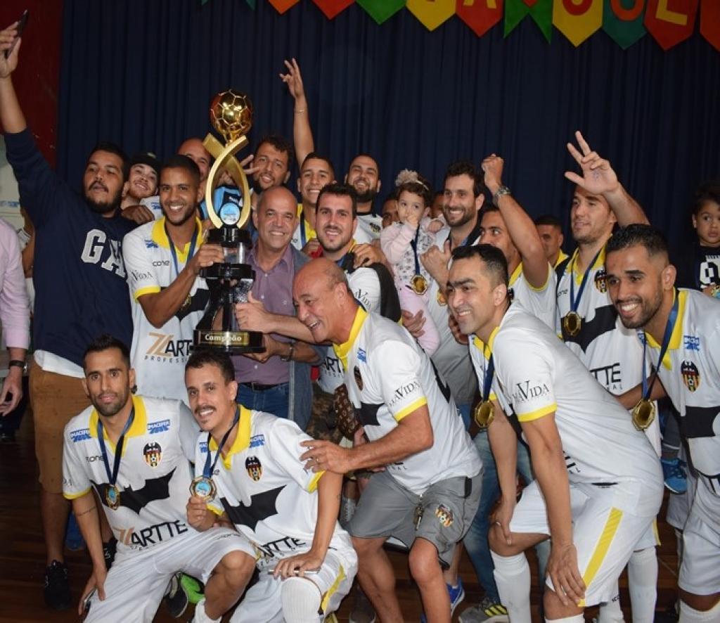 Jogadores do Futebol Moleque comemoram conquista do título no futsal 0551eb8e03bda